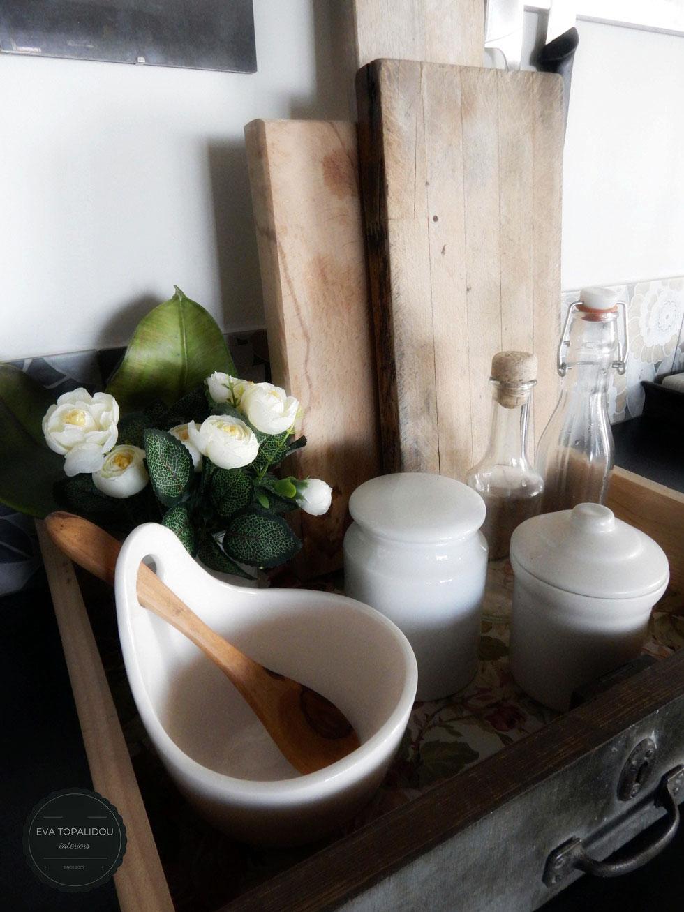 Ένα παλιό συρτάρι κάνει εξαιρετική θήκη για μικροσκεύη κουζίνας. Ένα λουλούδι πάντα ομορφαίνει.