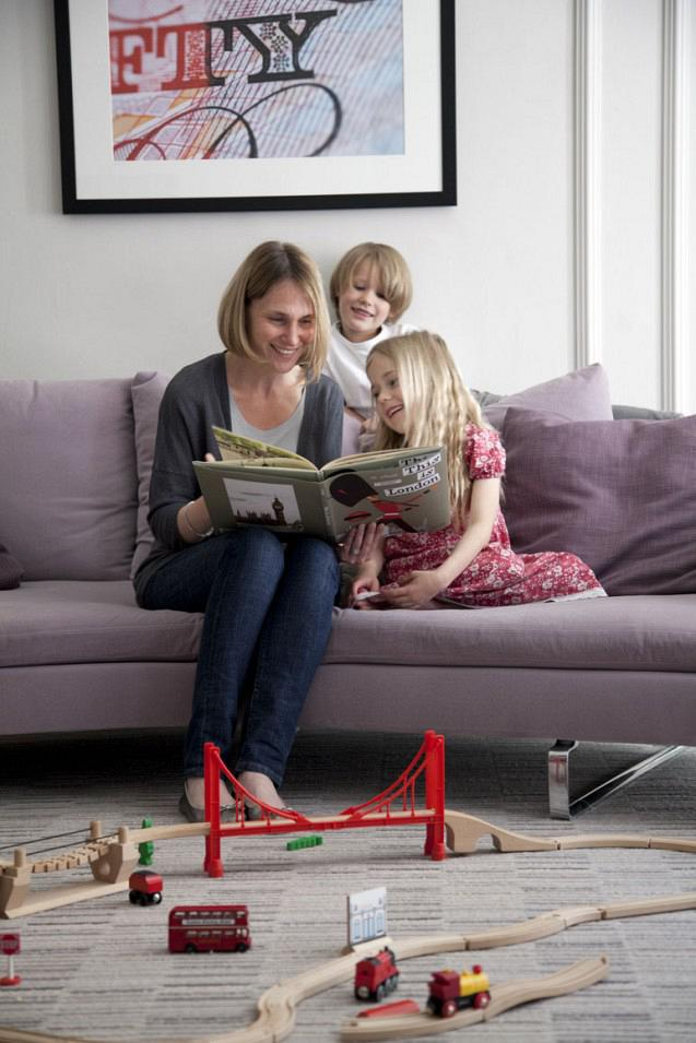 rdeco_chic-living-room-mum-reading-to-kids