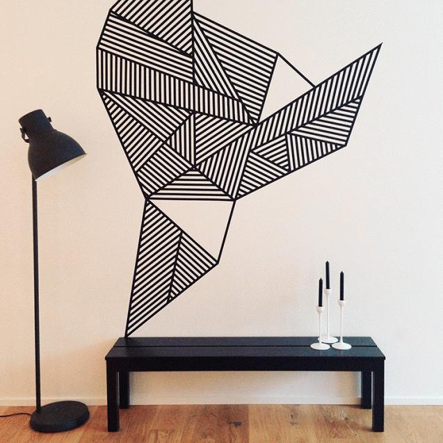 Έργο γραφιστικής φύσεως στο τοίχο με μαύρη washi tape.